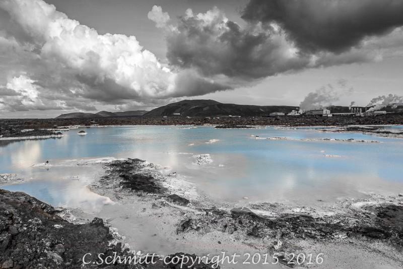 Eau bleue et silice blanche ciel nuageux au Bluelagoon Reykjannes Islande photo noir et blanc couleur