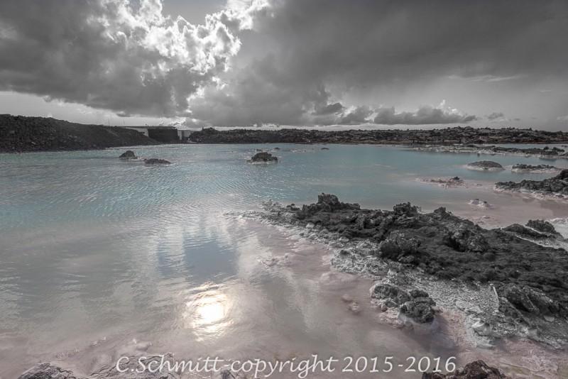 Bassin d'eau bleue et silice blanche au Bluelagoon Reykjannes Islande photo noir et blanc couleur