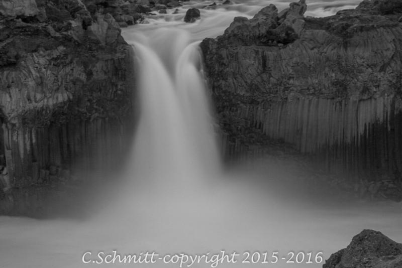 chutes d'Aldeyjarfoss entre les falaises d'orgues basaltiques noires centre Islande photo noir et blanc