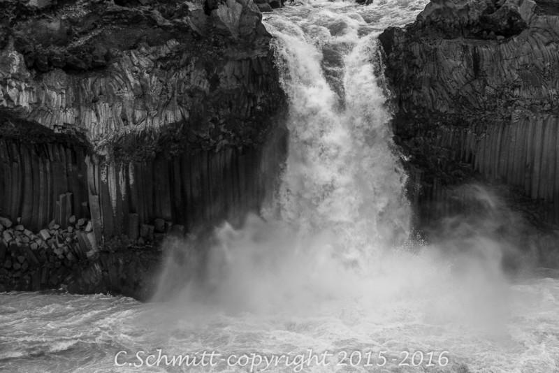 cascade d'Aldeyjarfoss au départ nord piste F26 Islande photo noir et blanc