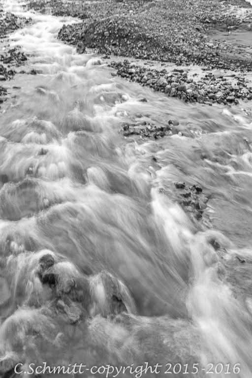 Une cascade court au ralenti sur les cailloux Islande photo noir et blanc