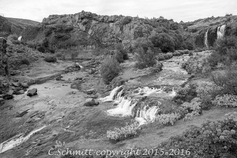 Le canyon de Gjain et ses cascades est écrin de verdure dans le paysage désolé alentour sud Islande photo noir et blanc