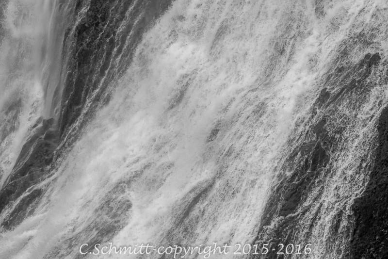 Une cascade tisse des fils d'eau à Gjain sud Islande photo noir et blanc