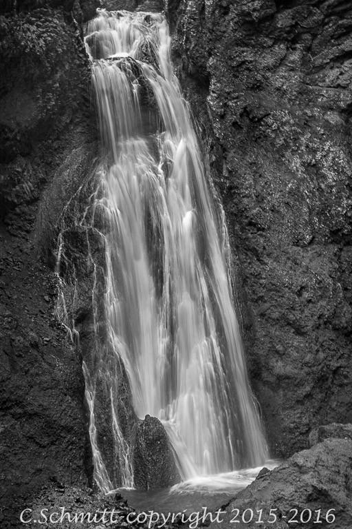 Une cascade au fond du canyon de Drekagill près de l'Askja centre Islande photo noir et blanc