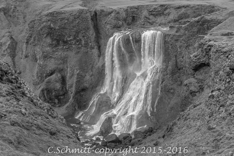 cascade de Fagrifoss et les chutes dans la gorge sud Islande photo noir et blanc