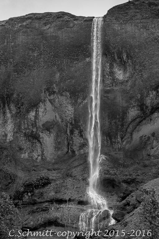 La fine cascade de Foss a Sidu au bord de la RN1 sud Islande photo noir et blanc