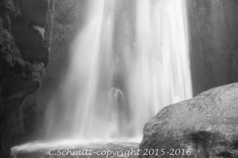 La cascade de Gljufrabui, cachée dans sa grotten, est un petit joyau qui se mérite à deux pas de Seljalandfoss sud Islande photo noir et blanc
