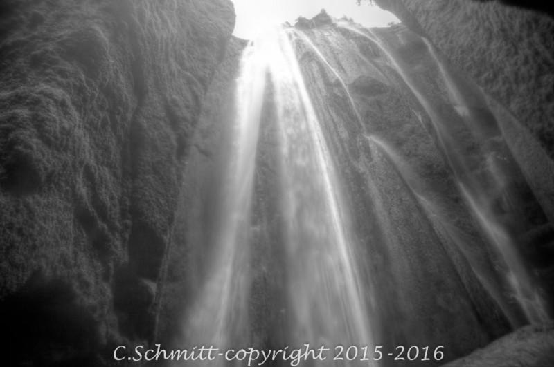 ascade de Gljufrabui tombe dans une grotte au sud Islande photo noir et blanc