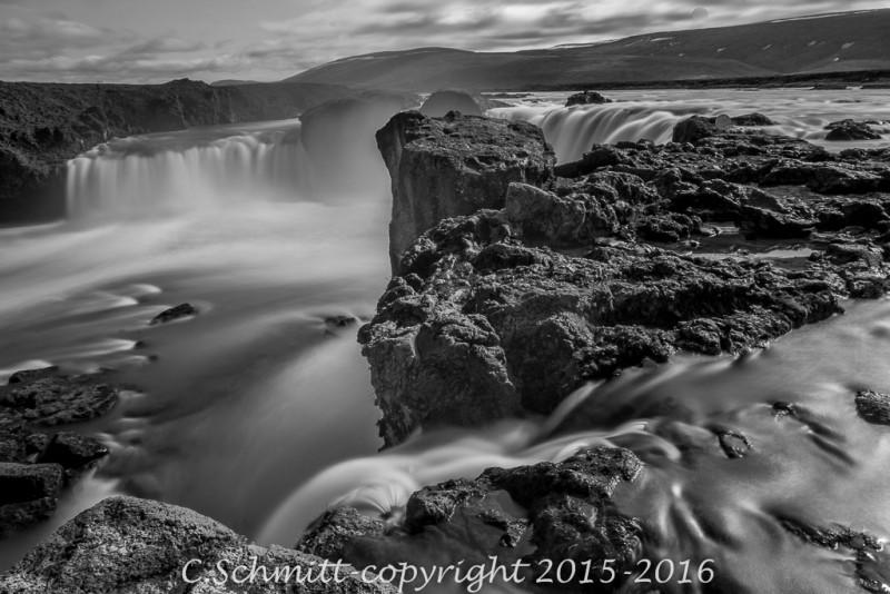 Vue d'en haut au ralenti de Godafoss nord Islande photo noir et blanc