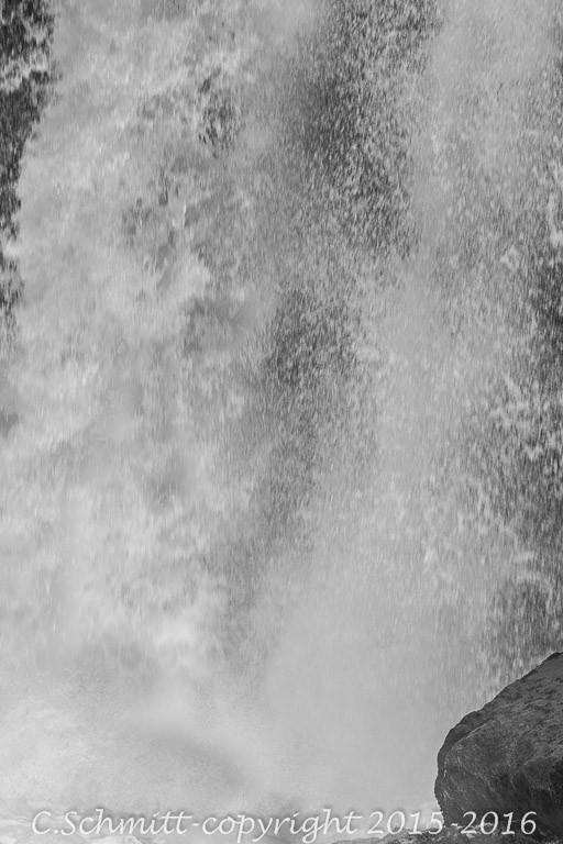 Détail d'une chute de la cascade de Godafoss nord Islande photo noir et blanc