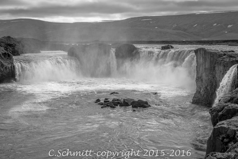 Les chutes de la cascade de Godafoss près RN1 nord Islande photo noir et blanc