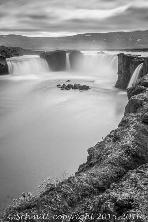 La cascade de Godafoss au ralenti nord Islande photo noir et blanc pose longue
