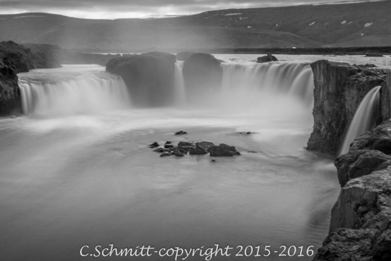 Les chutes de Godafoss au ralenti nord Islande photo noir et blanc pose longue