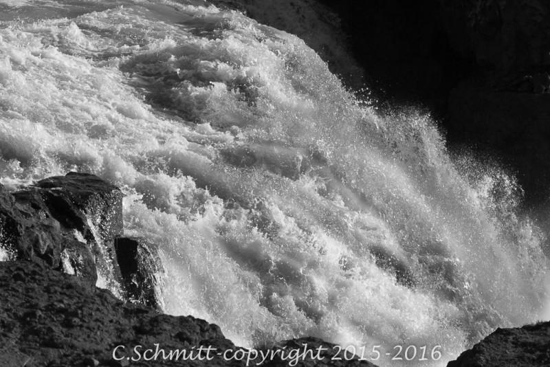 cascade de Gygjarfoss après un gué sur la piste de kerlingarfjöll centre Islande photo noir et blanc