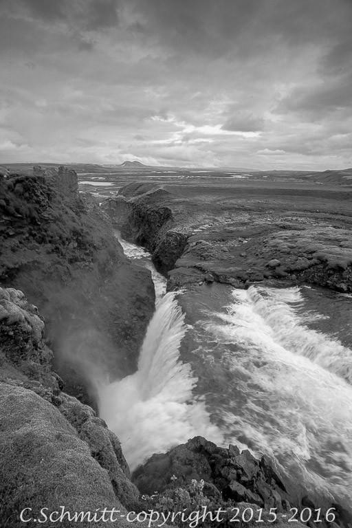cascade de Holaskjol dans un canyon étroit sud Islande photo noir et blanc