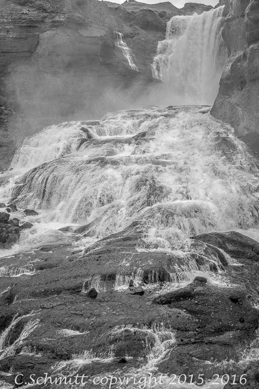 Détail du bas de la cascade d'Ofaerufoss centre Islande photo noir et blanc