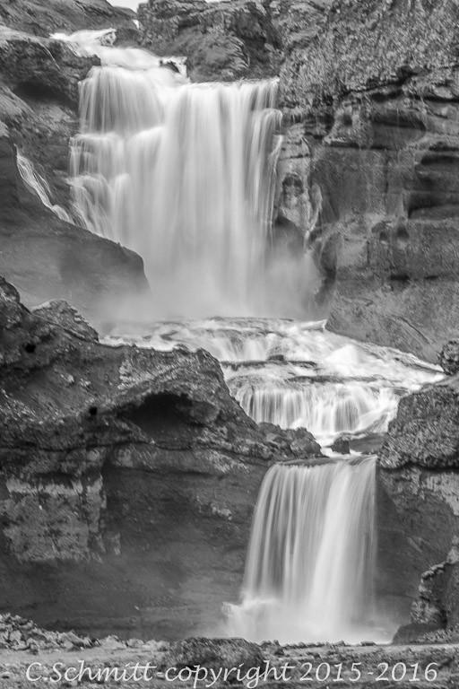 La cascade d'Ofaerufoss dans la faille d'Eldgja F208 centre Islande photo noir et blanc