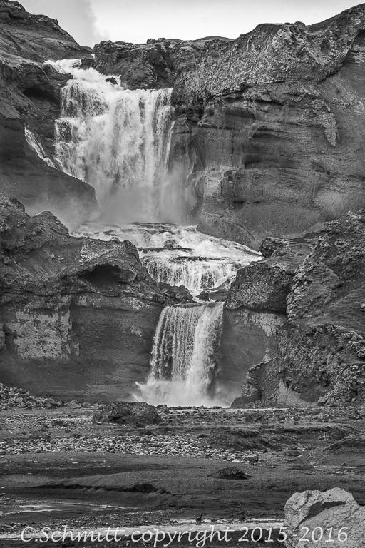 cascade d'Ofaerufoss vue de loin centre Islande photo noir et blanc