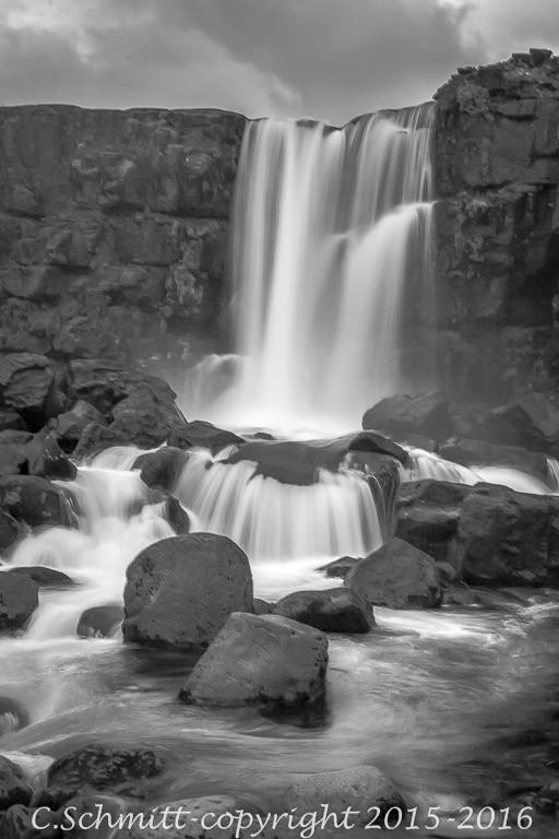 La cascade d'Oxarafoss au site de Thinkvellir sud Islande photo noir et blanc