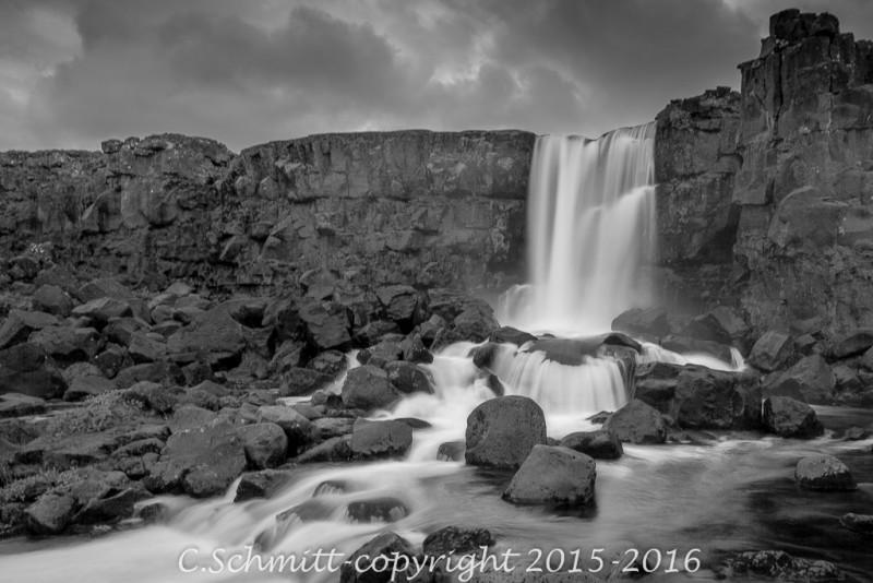 chute de la cascade d'Oxarafoss à Thinkvellir sud Islande photo noir et blanc