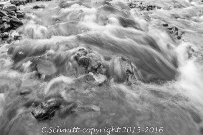 Pose longue sur une cascade dans galets de basalte nord Islande photo noir et blanc