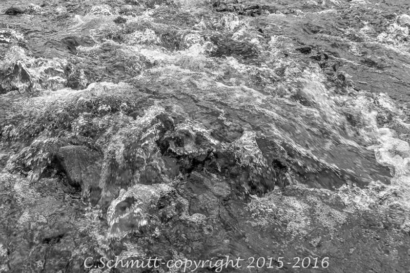 Un instantané de la course de la cascade sur les galets Islande photo noir et blanc