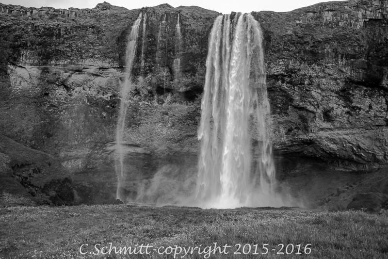 cascade de Seljalandfoss où l'on peut passer derrière les chutes sud Islande photo noir et blanc