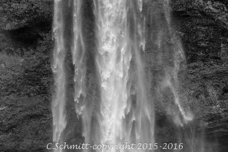 Détail de la chute d'eau de la cascade de Selljalandfoss sud Islande photo noir et blanc
