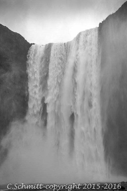La cascade de Skogafoss et son nuage de brume sud Islande photo noir et blanc