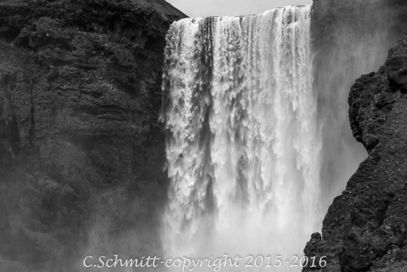 Les chutes de Skogafoss comme suspendues sud Islande photo noir et blanc