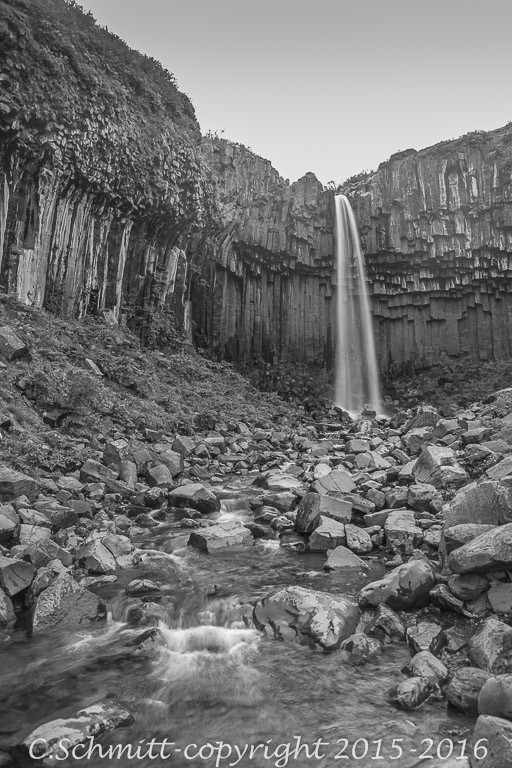 Cascade de Svartifoss et sa rivière au parc de Skaftafell sud Islande photo noir et blanc