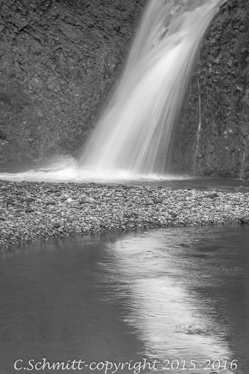 Une petite cascade se reflète à Thakgill sud Islande photo noir et blanc