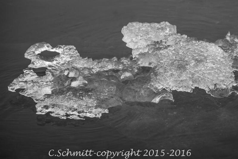 Bloc de glace troué comme du cristal au lagon de Jokulsarlon Islande photo noir et blanc