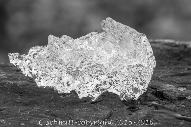 Un bloc de glace du lagon de Fjallsarlon comme cristal sud Islande photo noir et blanc