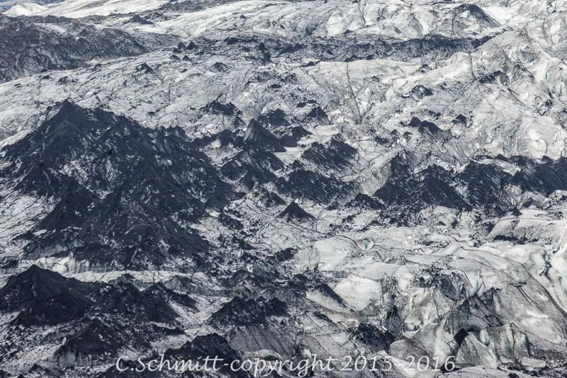Vue détaillée d'un glacier couvert de tas de cendres volcaniques à Sjonarnipa sud Islande photo noir et blanc