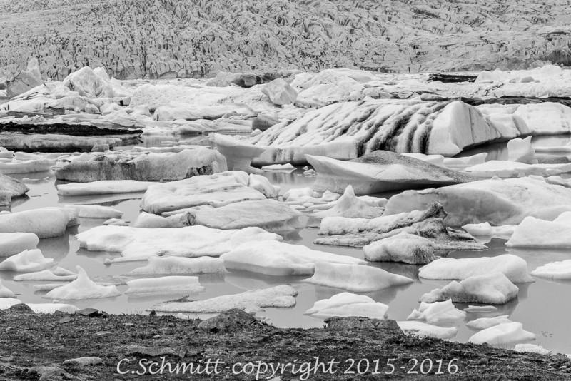 Icebergs zébrés de cendres noires au lagon de Fjallsarlon sud Islande photo noir et blanc