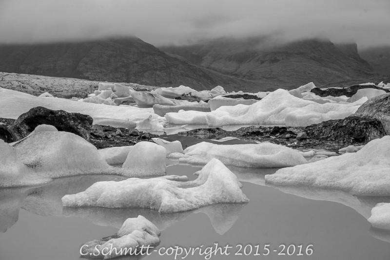 Langue glaciaire, lagon et icebergs à Fjallsarlon sud Islande photo noir et blanc