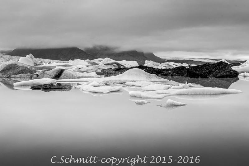 Paysage icebergs au lagon de Fjallsarlon, côte sud Islande photo noir et blanc