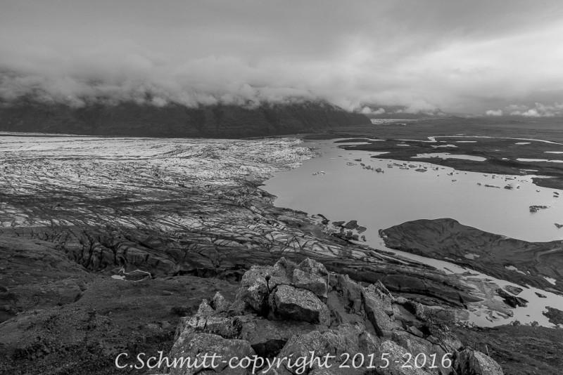 Le glacier de Svinafell et lagon depuis Skaftafell sud Islande photo noir et blanc