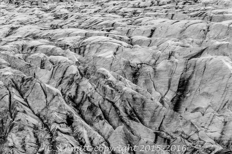 Crevasses et zébrures du glacier de Svinafell près de Skaftafell sud Islande photo noir et blanc