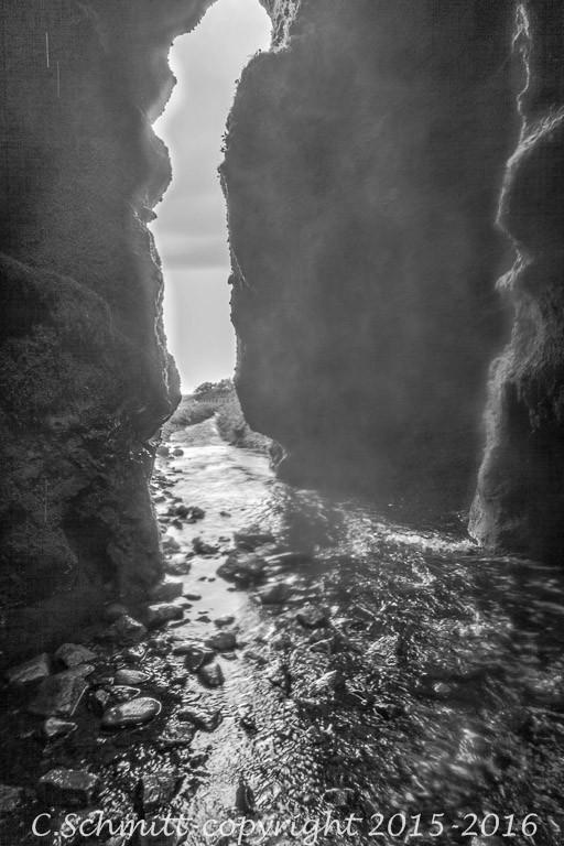 canyon d'entrée cascade de Gljufrabui près de Seljalandfoss au sud de l'Islande photo noir et blanc