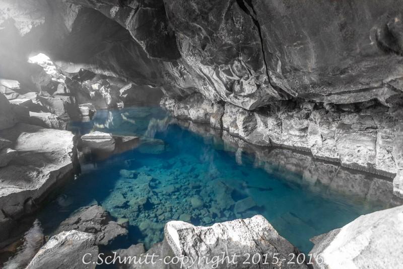 grotte d'eau chaude bleue de Grjotagja près de Myvatn photo moir et blanc couleur
