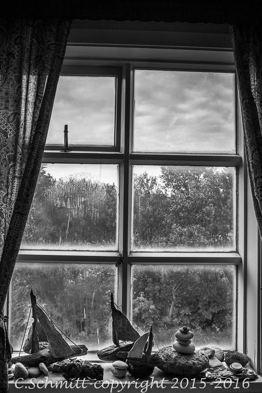 fenêtre de la guesthouse de Vik avec ses bibelots photo noir et blanc
