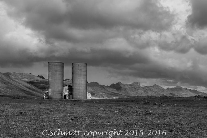 Une ferme abandonnée sous le ciel noir près de Krisuvik sud Islande photo noir et blanc