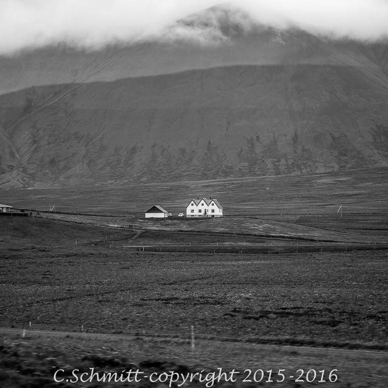 ferme et maisonnettes typiques islandaises photo noir et blanc