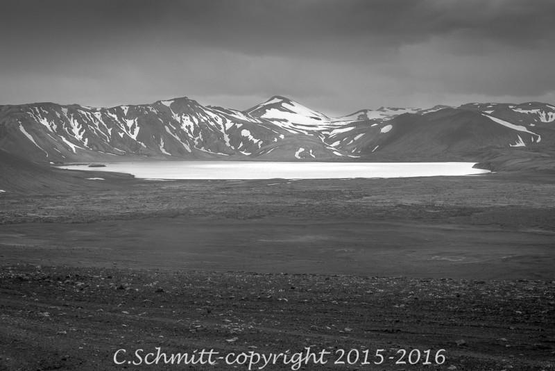 lac Frostastadavatn près du Landmannalaugar en Islande piste F208 photo noir et blanc