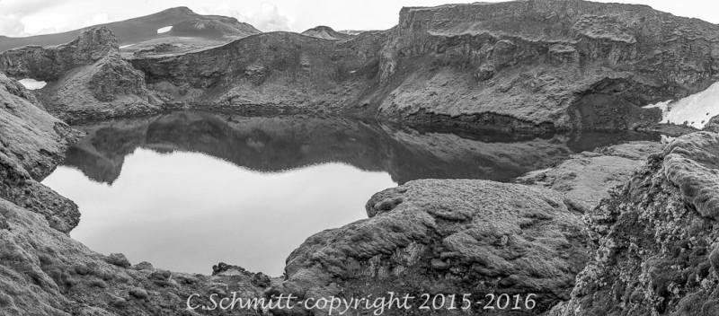Lac volcanique de Tharnargigur près piste F207 vers Laki au sud l'Islande photo noir et blanc