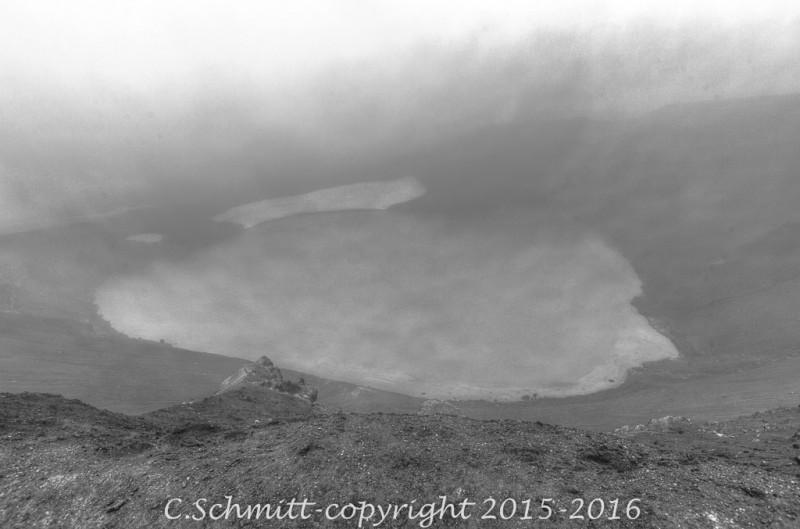 lac de cratère Vitti zone volcanique Krafla proximité Myvatn centre Islande photo noir et blanc
