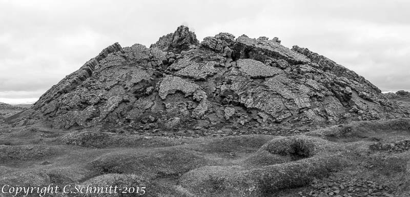Le cratère Evindarett, comme une bulle de lave éclatée à Hveravellir centre Islande photo noir et blanc