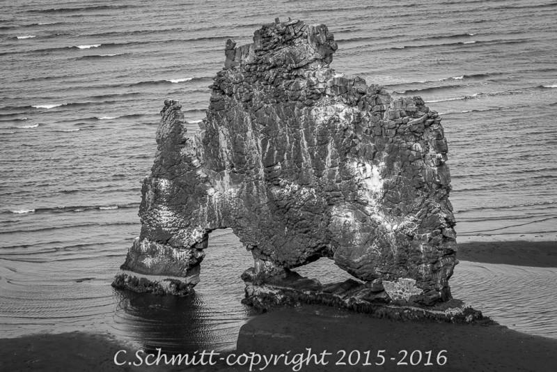 A Hvitserkur la lave a formé ce récif près de la côte nord Islande photo noir et blanc